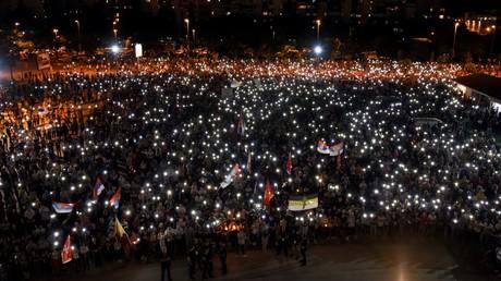 Am 14. Juni 2020 nahmen Tausende Menschen an einer von der Serbisch-Orthodoxen Kirche angeführten Prozession vor der Kirche der Wiederauferstehung Christi in der montenegrinischen Hauptstadt Podgorica teil.