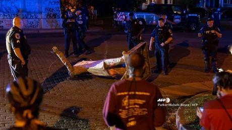 Zu Fall gebracht: Eine Statue von Jefferson Davis, Präsident der Konföderierten Staaten, liegt auf der Straße, nachdem Unbekannte sie zuvor umgestoßen hatten. (Richmond, Virginia, 10. Juni 2020)
