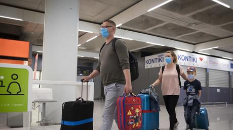 Erstmals seit dem Ausbruch der Corona-Pandemie treffen die ersten deutschen Urlauber auf Mallorca ein.