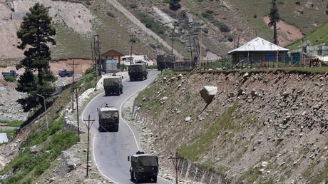 Angespannte Lage: Ein Konvoi der indischen Armee im Distrikt Ganderbal in Ost-Kaschmir. (Symbolbild 15. Juni 2020)