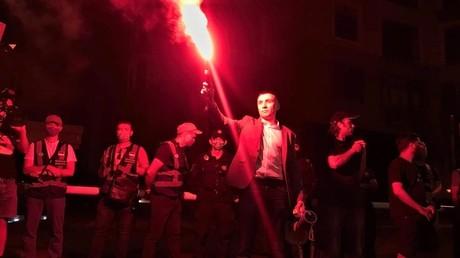 Vom Mordverdächtigen zum Protestanführer. Sergei Sternenko, der des Mordes verdächtigt wird, zerriss am 15. Juni das Gerichtsschreiben und ging mit Hunderten Anhängern zum Haus der Generalstaatsanwältin.