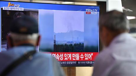 Zuschauer verfolgen im südkoreanischen Fernsehen die Explosion nach der Sprengung des Verbindungsbüros durch Nordkorea. (Seoul, 16. Juni 2020)