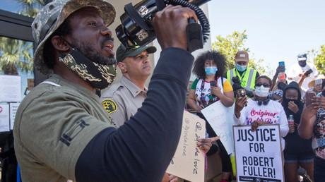 Sheriff der Polizei Los Angeles (Mitte im Bild) sprach zu den für die erneute Untersuchung des Todesfalls von Robert Fuller Demonstrierenden in Palmdale, Südkalifornien, USA.