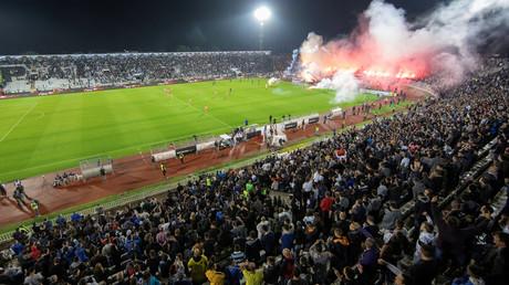 Etwa 16.000 Fans sollen offiziell am 10. Juni in Belgrad das Pokal-Halbfinale zwischen den Stadtrivalen Roter Stern und Partizan im Stadion verfolgt haben. Laut Medienberichten sollen es mehr als 20.000 gewesen sein – ohne den verpflichtenden Sicherheitsabstand von einem Meter einzuhalten.