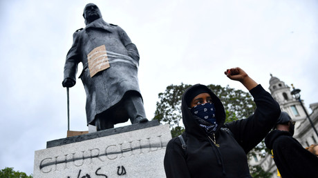 Archivbild: Aktivisten der Black Live Matter-Bewegung vor einer verunstalteten Statue von Winston Churchill in London. (12. Juni 2020)
