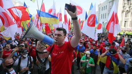 Etwa 1.000 Menschen protestierten am 17. Juni 2020 vor dem Präsidentenamt in Kiew.