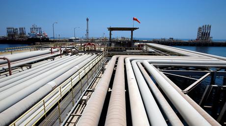 Ein Öltanker wird am Ölterminal Ras Tanura von Saudi Aramco in Saudi-Arabien gefüllt