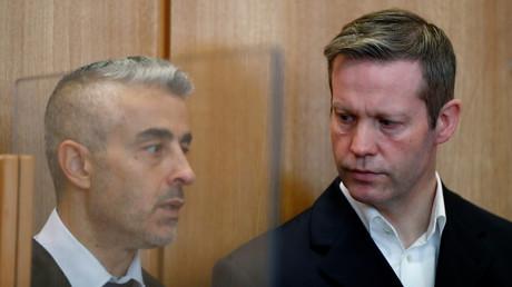 Stephan E. (r.), der Angeklagte im Mordfall Lübcke, am 18. Juni 2020 mit seinem Anwalt im Gerichtssaal im hessischen Frankfurt/Main
