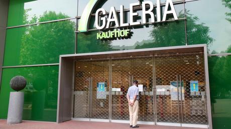 Ein Mann steht am 19. Juni 2020 vor einer verschlossenen Filiale von Galeria Karstadt Kaufhof in Hamburg. Demnächst soll rund ein Drittel aller Warenhäuser  bundesweit geschlossen werden.