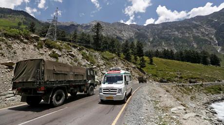 China macht Indien für Grenzzwischenfall verantwortlich. Auf dem Bild: Ein Rettungswagen und ein indischer Militärkonvoi auf der Autostraße in Richtung Ladakh, 18. Juni 2020