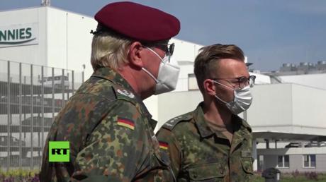 Am Werk des Schlachtbetriebs Tönnies in Rheda-Wiedenbrück ist die Bundeswehr im Einsatz und unterstützt die Behörden bei den Corona-Reihenuntersuchungen auf dem Gelände.