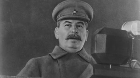 Ihm hängt der schwere Verdacht einer Fehleinschätzung an. Der sowjetische Partei- und Staatschef Josef Stalin während seiner historischen Rede am 7. November 1941 in Moskau, als deutsche Truppen kurz vor der sowjetischen Hauptstadt standen.