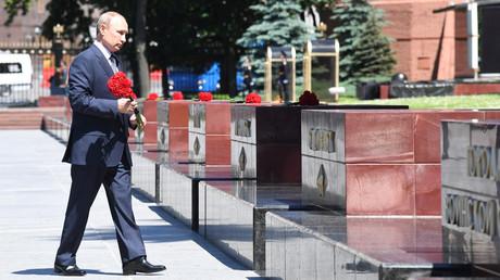 Russlands Präsident Wladimir Putin während einer Gedenkveranstaltung anlässlich des Jahrestages des Beginns des Großen Vaterländischen Krieges gegen Nazideutschland 1941 am Grabmal des Unbekannten Soldaten an der Kremlmauer in Moskau, Russland, am 22. Juni 2020.