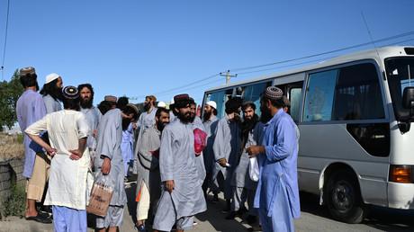 Gemäß Vereinbarung mit den USA: Taliban lassen 14 afghanische Soldaten und Polizisten frei (Archivbild: Gemäß Friedensvereinbarung mit den USA müssen die Seiten des afghanischen Bürgerkrieges einen Gefangenenaustausch vornehmen. Hier gefangene Taliban-Kämpfer bei der Freilassung. Kabul, 26..05.2020)
