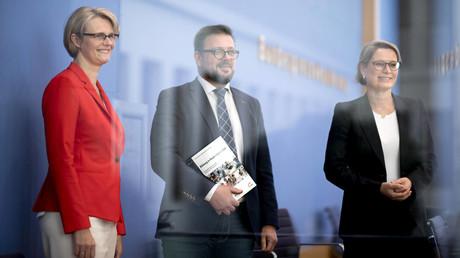 Anja Karliczek, Bundesbildungsministerin, Prof. Kai Maaz, Geschäftsführender Direktor des DIPF Leibniz, sowie Stefanie Hubig, Präsidentin der Kulturministerkonferenz (KMK) (v.l.), stellen auf der Bundespressekonferenz den Nationalen Bildungsbericht
