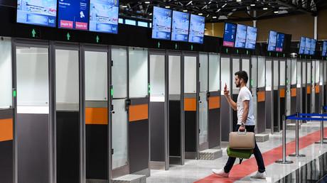 Symbolbild: Passagier am Moskauer Flughafen Scheremetjewo