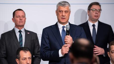 Der Ex-US-Botschafter in Berlin Richard Grenell, der kosovarische Präsident Hashim Thaçi und der serbische Staatschef Aleksandar Vučić (v.l.) unterzeichnen am Rande der Münchner Sicherheitskonferenz eine Absichtserklärung über die Schaffung von Zug- und Autobahnverbindungen zwischen den Ländern.