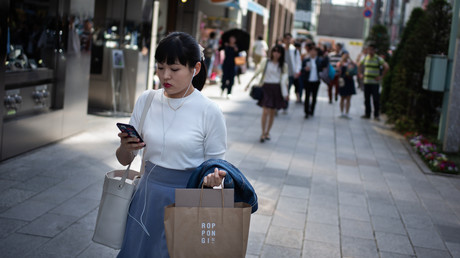Japanische Stadt führt Handyverbot für Fußgänger ein