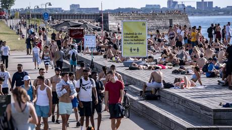 Menschen in Malmö genießen einen schönen Sonnentag und halten sich kaum an die von der Regierung empfohlenen Abstandsregeln (Bild vom 25. Juni).
