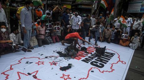 Protestler zerstören bei einer Anti-China-Demonstration in Kalkutta, Indien, chinesische Waren.