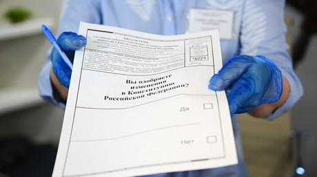 Im Fadenkreuz der westlichen Kritik: Verfassungsänderungen in Russland. Auf dem Bild: Eine Mitarbeiterin eines Wahllokals in Sotschi zeigt einen Stimmzettel zur Abstimmung über Änderungen in der russischen Verfassung