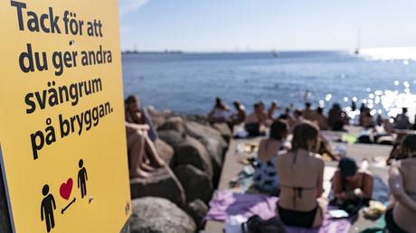 Symbolbild: Ein Schild am Stand von Malmö fordert zur Einhaltung des Distanzgebotes auf. (25. Juni 2020)