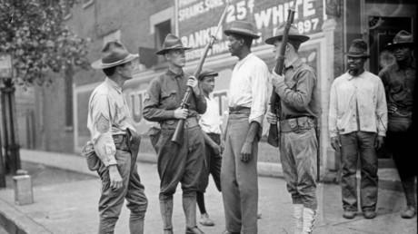 Historische Aufnahme aus Chicago: Die Polizei war sowohl aufgrund der personellen Unterbesetzung als auch aufgrund der offenen Sympathie vieler Beamter für die weißen Randalierer wirkungslos. Erst das lange hinausgezögerte Eingreifen der Nationalgarde von Illinois beendete die Gewalt.