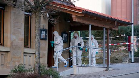 Ermittlungsbeamte betreten den Tatort in Rot am See (24. Januar 2020)
