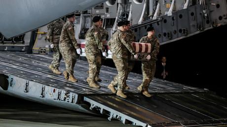 US-Soldaten entladen einen Sarg mit dem Leichnam eines in Afghanistan gefallenen Kameraden. (Dover, 10. Februar 2020)