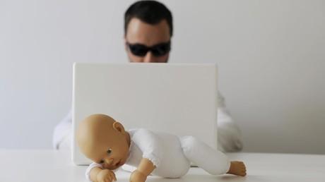 Symbolbild zum Thema Kinderpornografie und Internet: Nach Ansicht der Kinderschutzorganisationen haben digitale Medien und das Internet die Dimension von Missbrauch extrem verschlimmert. Es ermöglicht den Tätern, sich schneller und einfacher zu organisieren und Material auszutauschen.