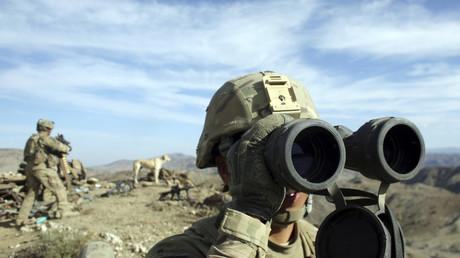(Archivfoto) Ein US-Soldat observiert im November 2012 von einem Hügel das Gebiet in der Nähe der Stadt Walli Was in der Provinz Paktika, nahe der Grenze zu Pakistan.