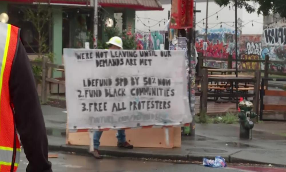 Polizei beginnt mit Räumung der autonomen Zone in Seattle – Protestler errichten neue Barrikaden