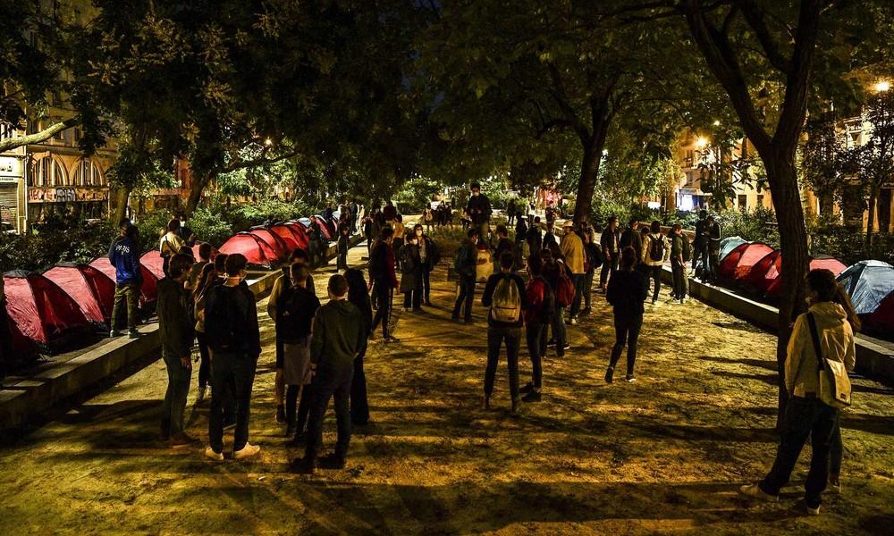 Zeltstadt für jugendliche Migranten in Paris sorgt für Diskussionen: Jugendliche oder Erwachsene?