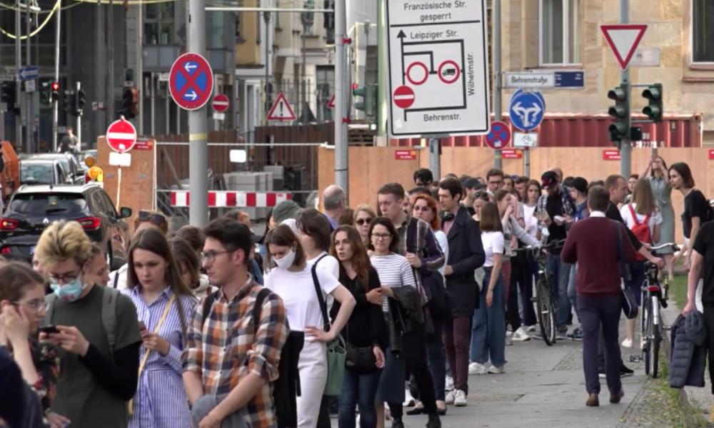 Abstimmung zur Änderung der russischen Verfassung: Lange Schlange vor Russischer Botschaft in Berlin