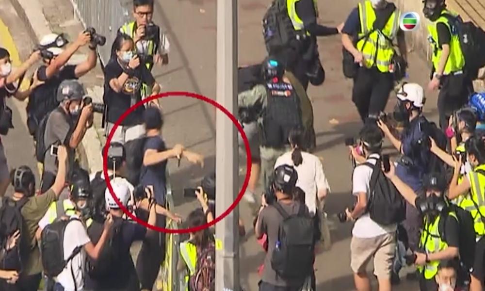 Proteste gegen neues Gesetz in Hongkong: Demonstrant sticht auf Polizisten ein