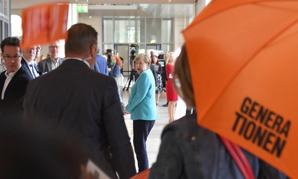Klimarebellen dringen in Bundestag ein und überraschen Merkel