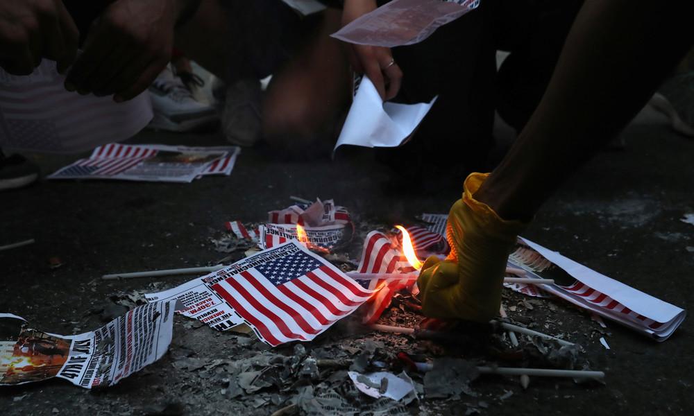 Unabhängigkeitstag der USA: Demonstranten verbrennen US-Fahnen