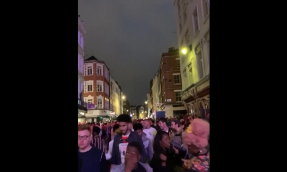 London goes crazy: Massenanlauf auf Bars nach Wiedereröffnung nach monatelanger Schließung