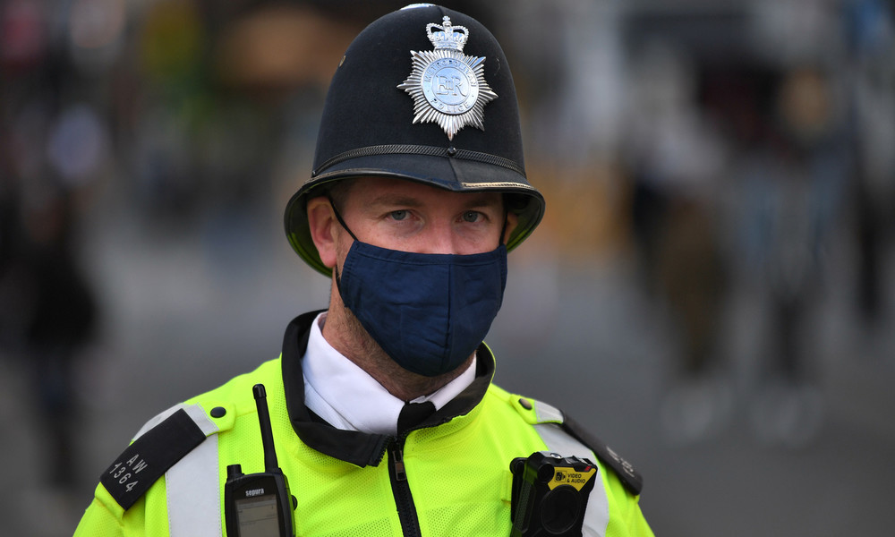 Rassistische Polizei? Britischer Beamter zerschlägt bei Kontrolle Autoscheibe (Video)