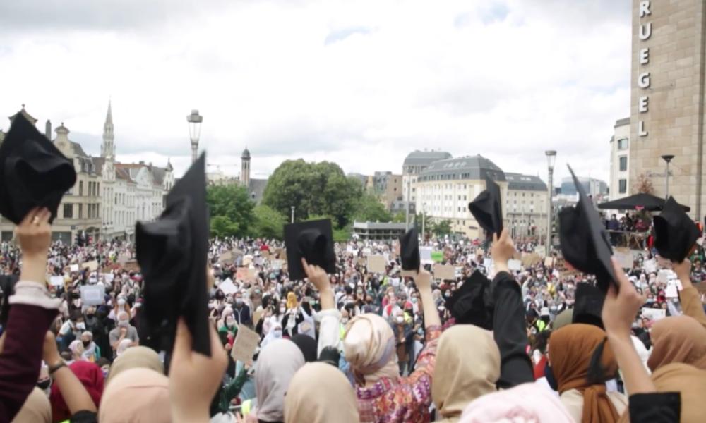 "Brüssel: ""Hijabis Fight Back"" – Tausende protestieren gegen Kopftuchverbot an Universitäten"