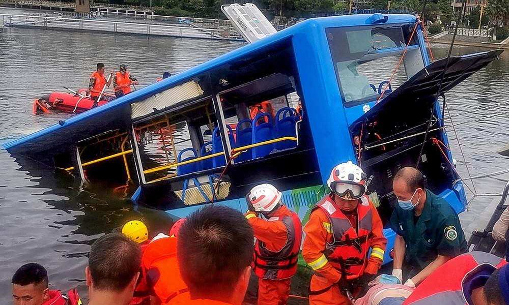 China: Bus mit Schulkindern stürzt ins Wasser – mindestens 21 Tote