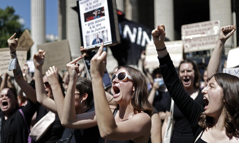 """""""Innenminister ist Vergewaltiger"""" - Feministinnen protestieren in Paris gegen neue Macron-Minister"""