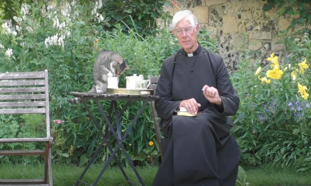 Die Milch der unfrommen Denkart: Kater zeigt schlechte Tischmanieren bei Online-Predigt