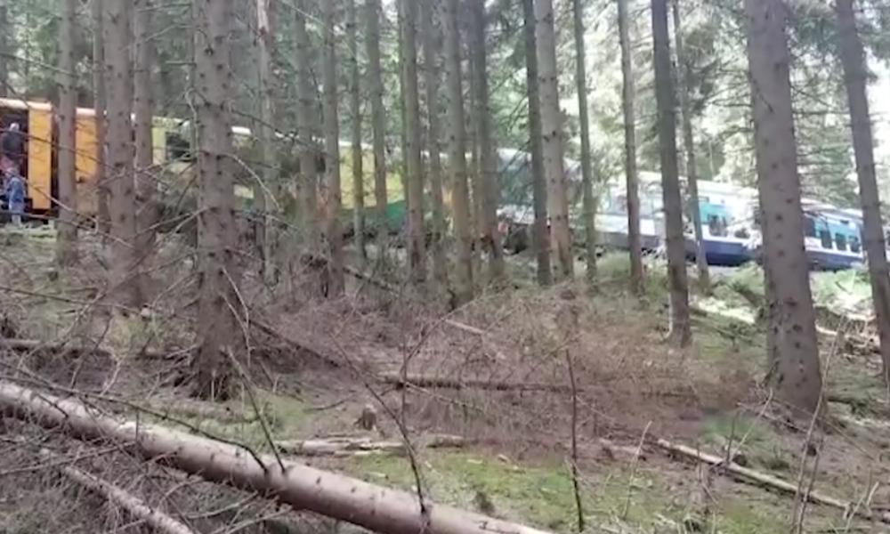 """Schweres Zugunglück nahe deutscher Grenze: """"Menschliches Versagen"""" fordert Tote und Verletzte"""