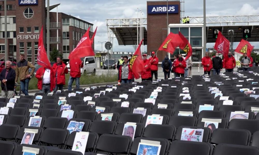 """""""2.000 leere Stühle"""" – Proteste gegen geplanten Stellenabbau vor Airbus-Werk in Hamburg"""