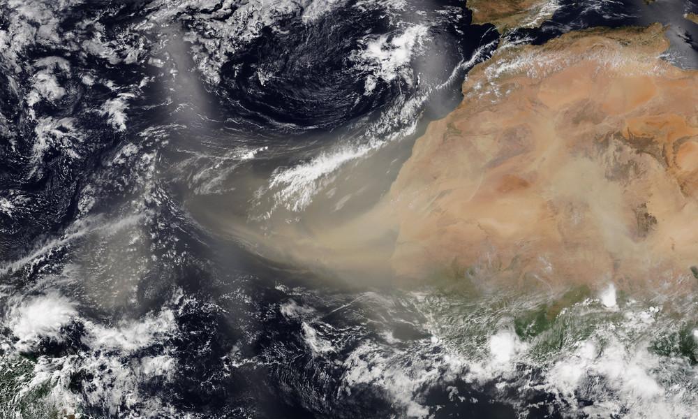 """Godzilla"" überfliegt Atlantik: ESA zeigt Staubwolke aus Sahara unterwegs nach Amerika"
