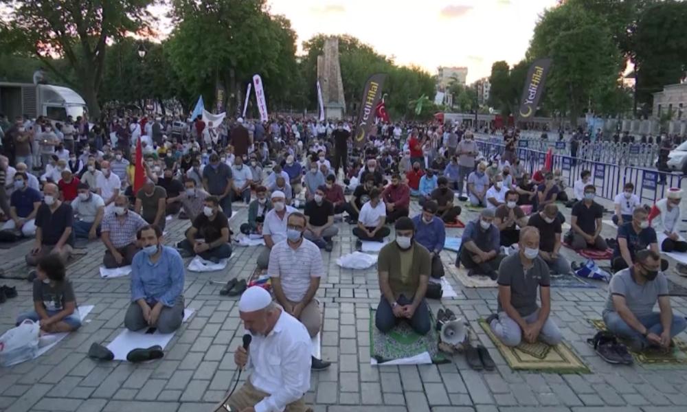 Hagia Sophia: Nach Entscheid für Umwandlung zur Moschee beten Muslime vor der Sophienkirche