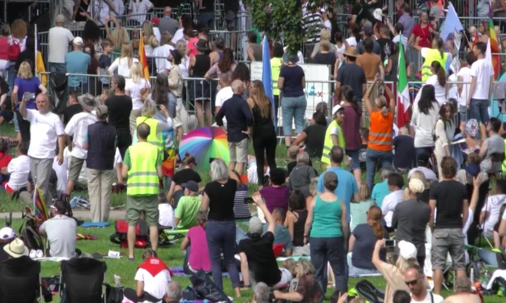 Stuttgart: Hunderte protestieren gegen Corona-Maßnahmen – Zahlreiche Insolvenzen befürchtet