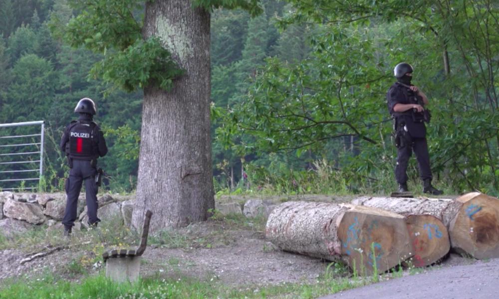 Ausnahmezustand in Oppenau: Dutzendfach Vorbestrafter nimmt vier Polizisten Waffen ab und flieht