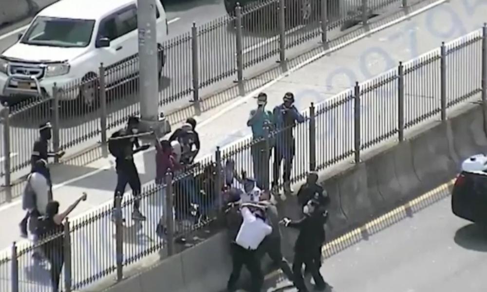 New York: Blutende Köpfe – Polizisten bei BLM-Protest schwer verletzt